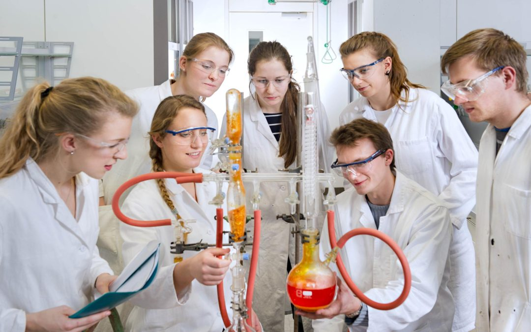 Forschendes Lernen oder lehrerzentrierte Ansätze im naturwissenschaftlichen Unterricht: Was ist effektiver?