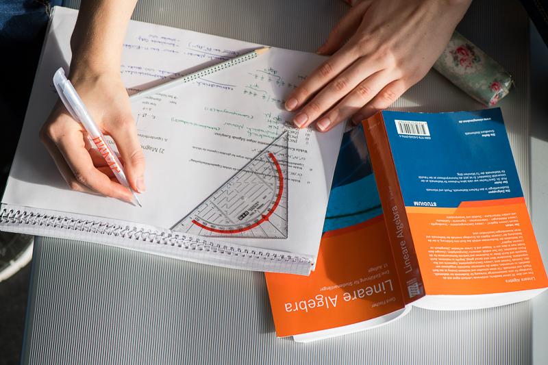 Hausaufgaben in Mathematik und Naturwissenschaften: Was lernen wir aus 30 Jahren internationaler Forschung?